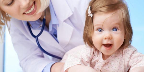 врач осматривает ребенка ложный круп